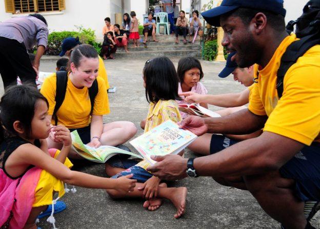 Hjælp unge ved frivilligt arbejde i udlandet